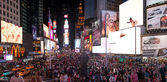 NEW YORK CITY - JUN 8: Tourists enjoy Times Square at night, Jun — Stock Photo