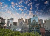 Maravillosa vista al atardecer de los rascacielos de manhattan desde un tejado — Foto de Stock