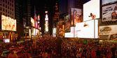 NEW YORK CITY - JUN 8: Tourists enjoy Times Square at night — Stockfoto
