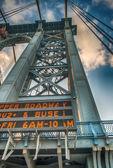 New York City. Pylon of Manhattan Bridge as seen from bridge road — Stock Photo