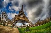 Paris. schöne weitwinkel blick auf eiffelturm in wintersaison — Stockfoto