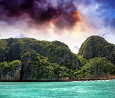 Turquoise waters of beautiful Phi Phi Island - Thailand — Stock Photo