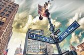 Библиотека путь и 5-й авеню улице знак в Нью-Йорке — Стоковое фото