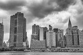 Manhattan skyline como se ve desde el río en un día soleado — Foto de Stock