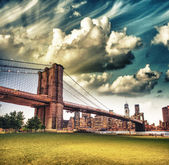 The Brooklyn Bridge as seen from Brooklyn Bridge Park, New York — Stock Photo