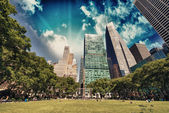 Bryant Park, New York City. Garden and trees on a beautiful summ — Stock Photo