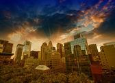 Maravillosa vista al atardecer de los rascacielos de manhattan desde un tejado. — Foto de Stock