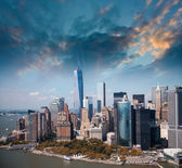 Wonderful summer sunset aerial view of lower Manhattan skyscrape — Stock Photo