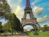 Paris, La Tour Eiffel. Summer sunset above city famous Tower — Stock Photo