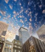 Espectacular calle hacia arriba ver de los rascacielos de manhattan - new yo — Foto de Stock