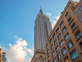 NEW YORK CITY - JUN 12: The Empire State Building high in the su — Stock Photo