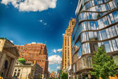 Contrast of modern and old buildings of Manhattan on a beautiful sunny day. — ストック写真