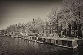 Amsterdam. Wonderful view of city canals and buildings in spring season. — Foto de Stock