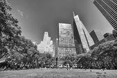 Belle vue vers le haut des gratte-ciel de new york, le parc bryant — Photo