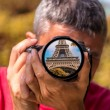 Tourist capturing a shot of Eiffel Tower, Paris — Stock Photo