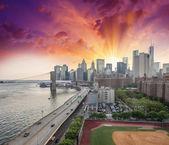 New York. FDR Drive and Manhattan skyline at sunset — Stock Photo