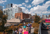 NEW YORK CITY - JUN 15: Tourists and locals enjoy High Line Park — Stock Photo