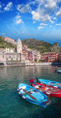 Colorful boats in the quaint port of Vernazza, Cinque Terre — Stock Photo