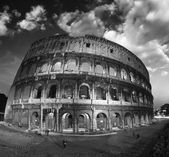 Beautiful dramatic sky over Colosseum in Rome — Stock Photo