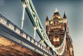 Merveilleuses couleurs et lumières de tower bridge au crépuscule - londres — Photo