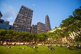 NEW YORK CITY - JUN 1: People enjoying a nice evening — Stock Photo