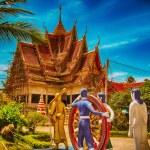 KOH SAMUI, THAILAND - AUG 14: Tourists enjoy historic temple — Stock Photo