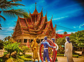 KOH SAMUI, THAILAND - AUG 14: Tourists enjoy historic temple — Stock Photo