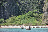 PHI PHI ISLAND, THAILAND - AUG 11: Tourists enjoy wonderful thai nature — Stock Photo