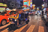 BANGKOK - AUG 21: Traffic moves slowly along a busy road — Stock Photo