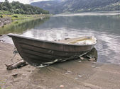 Small boat on the lake shore — Stock Photo