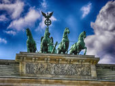 Le quadrige sur le dessus de la porte de brandebourg, berlin. — Photo