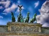 Quadriga üstünde belgili tanımlık tepe-in brandenburg kapısı, berlin. — Stok fotoğraf