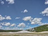 Gorgeous eruption of Old Faithful, Yellowstone National Park — Stock Photo