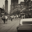 CHICAGO - SEP 20: Tourists enjoy city streets, September 20, 200 — Foto de Stock