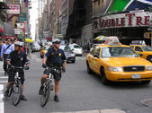 NEW YORK CITY - SEP 27: NYPD Police officer on the bike — Stock Photo