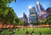 NEW YORK - MAY 17: People enjoying a nice evening in Bryant Park. — Stock Photo