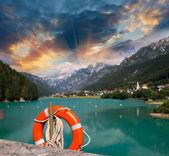 Alpin bellissimo paesaggio. lago e montagne con vegetazione — Foto Stock