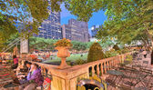NEW YORK - MAY 17: People enjoying a nice evening in Bryant Park — Stock Photo
