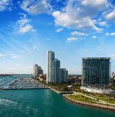 迈阿密的天际线。靠近海洋的美丽建筑. — 图库照片