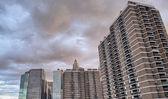 在日落-建筑和天空的纽约城市天际线 — 图库照片
