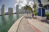 Miami, florida. vista maravilhosa dos edifícios da cidade ao longo do mar. — Foto Stock