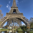 Paris, La Tour Eiffel. Beautiful winter sky on a sunny morning — Stock Photo