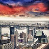Cidade de nova york - eua. vista aérea de arranha-céus bela ao pôr do sol — Foto Stock
