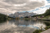 Lago de misurina en un día nublado - los alpes — Foto de Stock