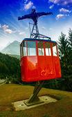 Téléphérique rouge sur un paysage de montagne. — Photo