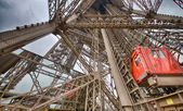 Paris. Unusual Eiffel Tower lifts that take passengers — Stock Photo