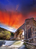 Ancient medieval bridge in the countryside of Tuscany — Stock Photo