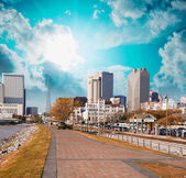 New Orleans skyline with beautiful riverwalk at sunset — Stock Photo