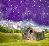 La choza en el paisaje de montaña en la noche — Foto de Stock