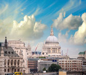 London skyline with St Paul Cathedral and surrounding buildings — Stock Photo